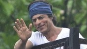 Shahrukh Khan Waving To Fans From House On Eid